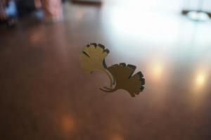 エントランスのガラスに描かれたイチョウ。ピカピカに磨かれたガラスに気づかず、ぶつかるのを防ぐ心配り