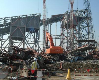 解体が進む屋内スキー場「ザウス」=2004年2月12日、船橋市浜町2丁目で
