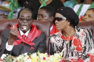 誕生パーティーでのムガベ大統領(左)とグレース夫人=2015年2月28日