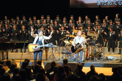 復興支援音楽祭でで、生徒たちと大合唱する「ゆず」=2014年3月2日
