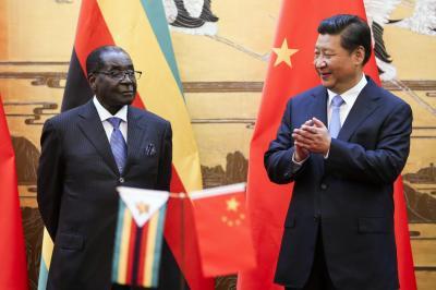 中国の習近平国家主席(右)と会談したムガベ大統領=2014年8月25日