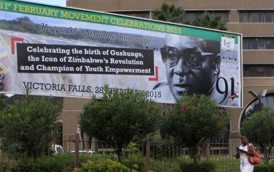 ムガベ大統領の91歳の誕生日を祝う看板=2015年2月25日