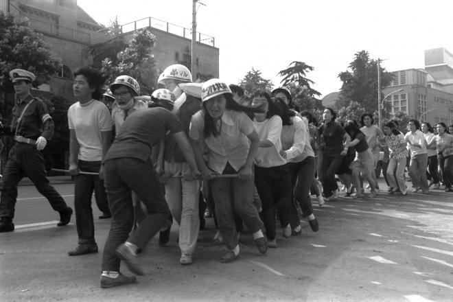 (1)「安保反対」を叫んで東京・神田をジグザグデモする津田塾大学の女子学生たち=1970年6月20日