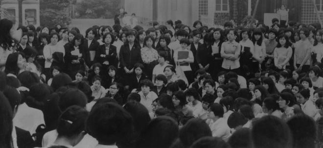 (4)学生自治会の設立を要求して集会を開く昭和女子大学の学生たち=1970年5月28日