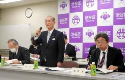同性カップルのパートナーシップ証明書を発行する条例案について説明する桑原敏武・渋谷区長(中央)=2015年2月12日