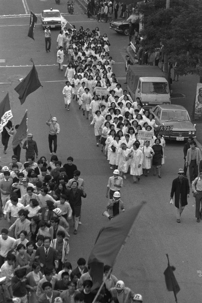 (10)大学管理法案、地方公務員定年制法案などに反対する総評の統一行動で、大学立法に反対して白衣でデモをする女子大生たち=1969年7月10日