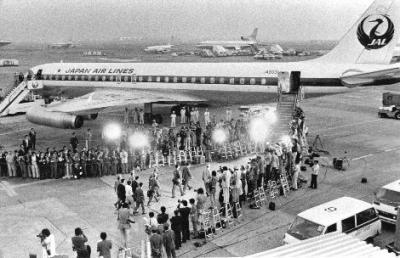 日航機を乗っ取った犯人側の要求に日本政府が屈し、刑務所や拘置所から釈放された日本赤軍メンバーら6人が護送機に乗り込んだ=1977年10月1日