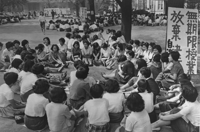 (5)授業を放棄して討論するお茶の水女子大の学生たち=1965年9月22日