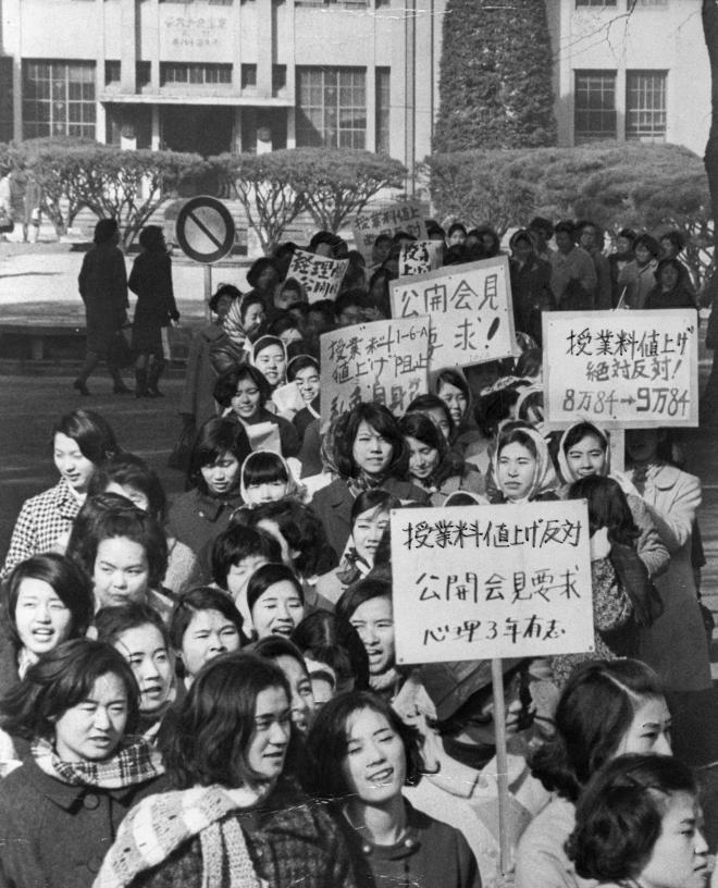 (7)授業料の1万円値上げに反対して開学以来初めての学外デモをした東京女子大学学友会=1968年1月27日