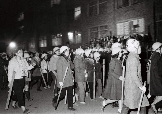 (8)東大紛争で、ゲバ棒を手に勢ぞろいした代々木(民青)系学生たち。女子学生の姿も混じる=1969年1月14日