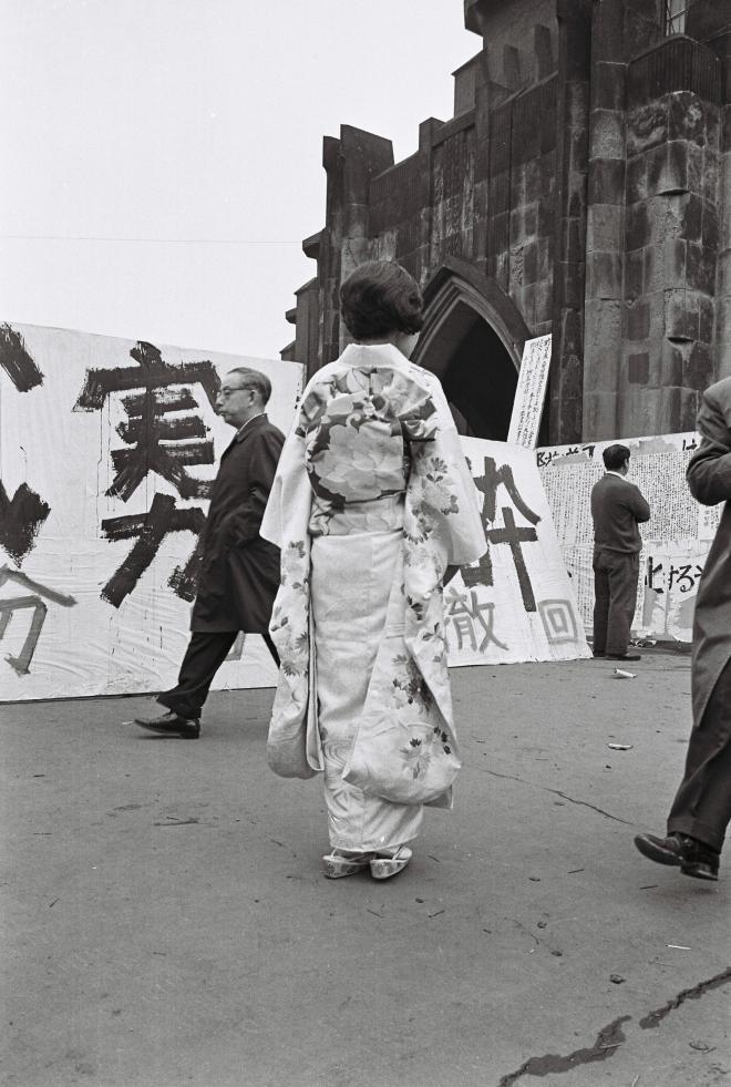 (2)学園紛争で東京大学の卒業式が中止になり、晴れ着姿でぼうぜんとする女子卒業生=1968年3月28日