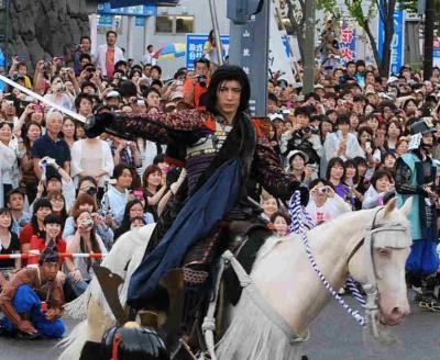 謙信公祭の出陣行列で謙信役に扮するGACKTさん=2011年8月21日