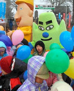 妙高市の観光PRキャラクター「ミョーコーさん」(右)と「レルヒさん」=2010年12月