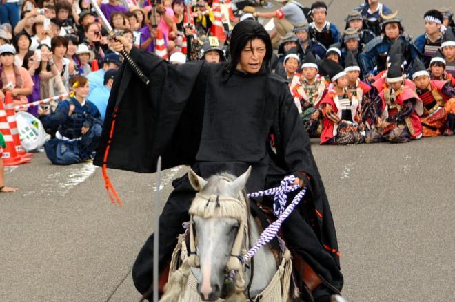「いざ、出陣じゃ」と檄(げき)を飛ばす上杉謙信役のGACKTさん=2014年8月、上越市