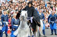 白馬で颯爽と駆け抜けるGACKTさん=2014年8月24日