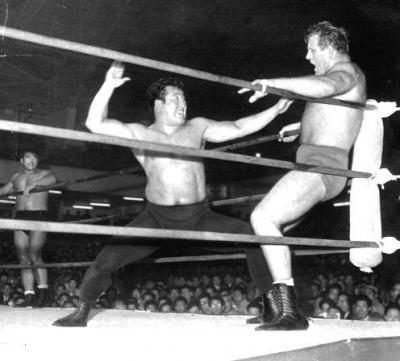 シャープ兄弟のマイク・シャープをコーナーに追い詰め、空手チョップで攻める力道山(中央)=1956年4月26日