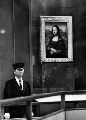 来日した「モナ・リザ」。厳重な警戒のもと、特製の防弾ガラスに納められ陳列された=1974年4月19日、東京・上野の東京国立博物館