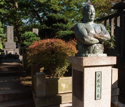 力道山が眠る東京・池上本門寺の墓。手前には胸像が立つ=1999年11月27日