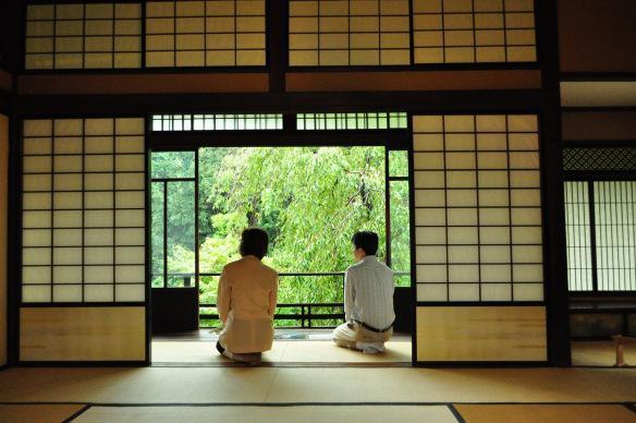 東京・文教区にある旧安田楠雄邸庭園の縁側。桜が絶景