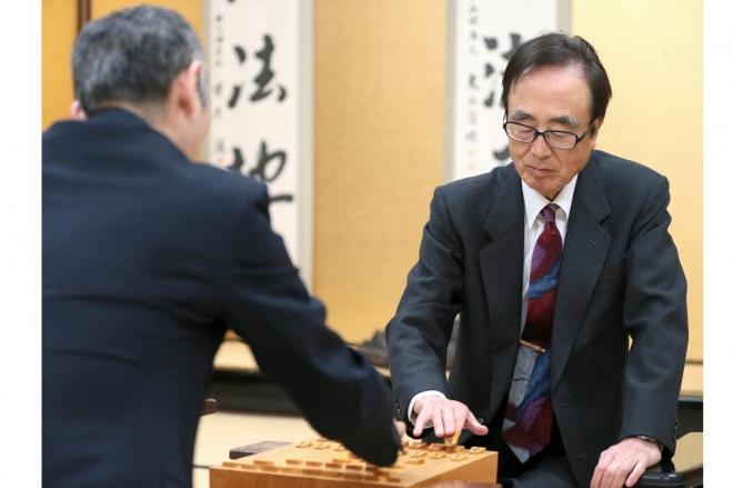 竜王戦で中田功七段と対戦、盤上に駒を並べる内藤國雄九段=2015年3月12日