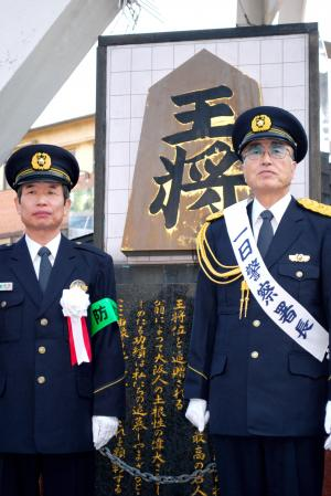 一日署長になった内藤國雄九段(右)=2009年12月、大阪市浪速区の「王将碑」前
