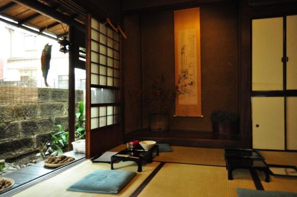 東京・神楽坂の縁側のある古民家居酒屋カド