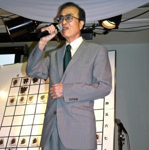 持ち歌「おゆき」で美声を披露する内藤國雄九段=2012年8月