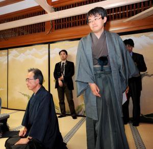 羽生善治名人(右)と内藤國雄九段=2009年5月、高野町