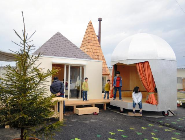 宮城県東松島市の仮設住宅地に完成した「こどものみんなの家」=伊東事務所提供