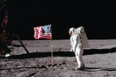米国が月面に残してきた星条旗=NASA提供