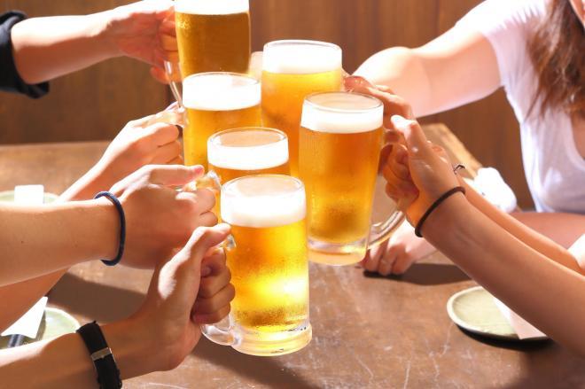 合コンより、知らない人と相席ができる「相席居酒屋」を選ぶ女子が増えている。中には行列ができる店も