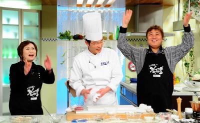 サポーターの渡辺徹さん(右)と出演した、「上沼恵美子のおしゃべりクッキング」15周年特番=2011年1月27日、朝日放送提供