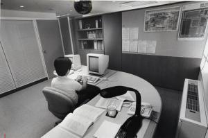 東京・東五反田に1988年4月に開所したソニーコンピュータサイエンス研究所。きちんと間仕切りされた個室が7室あり、1部屋は約10畳ほどの広さを持つ。勤務は好きなとき出ればよい完全なフレックスタイム制。給与も自己申告を幹部が審査する年俸制を採り入れた