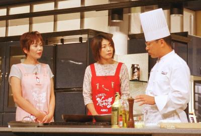 「上沼恵美子のおしゃべりクッキング」の収録風景。歌手の庄野真代さん(中央)をゲストに招いて=2000年8月30日