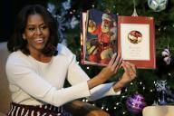 昨年12月、子供たちにクリスマスの絵本を読むミシェル・オバマ大統領夫人