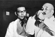 養父の竹鶴政孝さんとウイスキーのテイスティングをする威さん(左)。政孝さんのように、ウイスキーづくりに情熱を燃やした=北海道の余市蒸溜所、ニッカウヰスキー提供