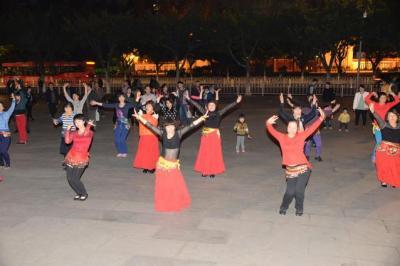 衣装をそろえ、踊るグループも=1月下旬、広東省・広州市、延与光貞撮影