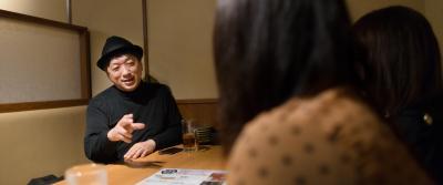 相席した女性たちと談笑する宮台真司さんは「彼氏より家族優先という女性が増えましたね」
