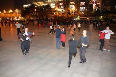 社交ダンス風に2人1組で踊るグループも=1月下旬、広東省・広州市、延与光貞撮影