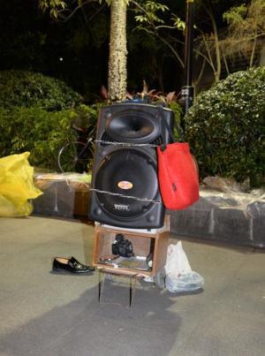 広場舞グループの多くが、音楽を流すために自前の音響機器を持ってくる。これが騒音の元凶にもなる=1月下旬、広東省・広州市、延与光貞撮影
