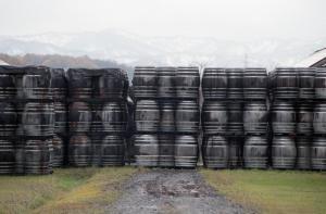 ニッカウヰスキ-の工場に並んだ樽