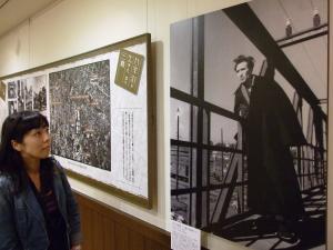 太宰治文学サロンに展示された田村茂撮影の「三鷹の陸橋にて」