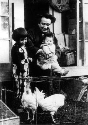 三鷹の自宅で笑顔を見せる太宰治=1948年4月撮影、津島園子さん提供