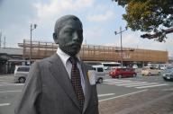 熊本市の上熊本駅前にある夏目漱石像。新駅舎の完成でスーツ姿に=2015年3月14日