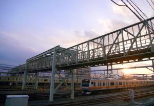 太宰治も好んで渡ったという三鷹電車庫をまたぐ歩行者用の鉄橋