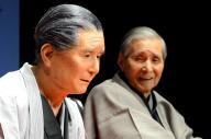 桂米朝さん(右奥)と、米朝さんがモデルの「米朝アンドロイド」