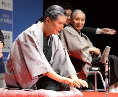 米朝アンドロイドの精巧な動きに、桂米朝さん(右奥)も苦笑い=2012年7月23日