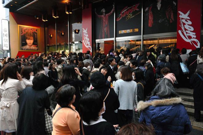 公演が中止となり、帝国劇場前には多くの人があふれた=19日午後5時11分、東京都千代田区