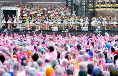 選抜総選挙前のコンサートは雨が降り続くなか、約7万人のファンが盛り上がった=2014年6月7日、東京都調布市、福留庸友撮影
