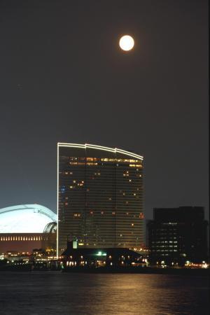 シーホークを照らす中秋の名月=1995年9月9日